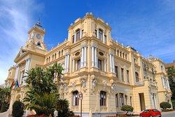 Ayuntamiento de Málaga, edificio espectacular en el parque de la ciudad.