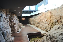 Hallazgos arqueológicos de la época romana y árabe bajo un hotel en el centro de Málaga, totalmente visitables.