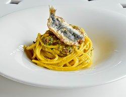 Spaghettone con sarde, uva passa e pangrattato tostato al profumo d'arancia di Sicilia