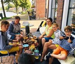 Gezellig tapas eten op het terras! Voor kids is er ook genoeg keuze!
