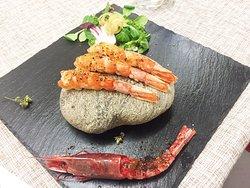 Gambero rosso, cotto su pietra in salsa al mango , spezie tropicali e olio alla brace