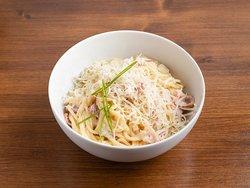 Спагетти с беконом с сыром пармезан под сливочным соусом