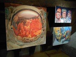 Målningar i utställningsrummet på 4:e våningen.