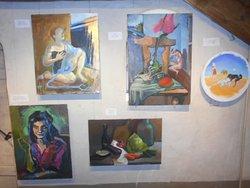 Målningar uppsatta på en vägg.