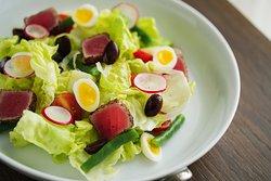 尼斯吞拿鱼沙拉 莴苣,鹌鹑蛋,四季豆,土豆,柠檬 Tuna niçoise salad   Lettuce, quail egg, French bean, potato, lemon