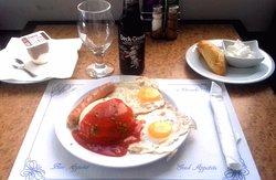 Plato del día: Arroz a la cubana con Frankfurt, bebida, pan y postre... Todo por 8,50€