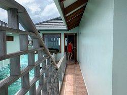 Overwater bungalow: l'ingresso al bagno può essere fatto sia internamente dalla camera che dalla terrazza esterna