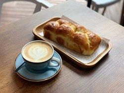 Pan brioche y cappucino