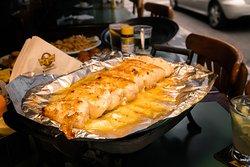 Manta de dourada no réchaud! Peixe de água doce sem espinhos servido com molho especial de alcaparras, acompanha legumes cozidos no vapor ou salada mista.