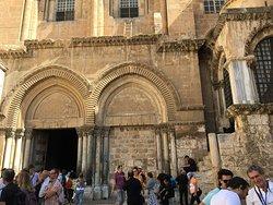 A bazilika bejárata előtti tér, kapu
