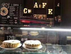 Очень уютная  кофейня . Вкусный кофе , мороженное и пирожные. Большой выбор .  Рекомендую посетить и попробовать ;)