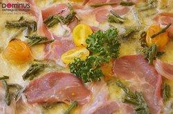 Pizza con Pancetta, asparagi e pomodori gialletti
