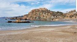 Playa pequeña, pero bonita y muy utilizada