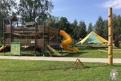 Großer Spielbereich mit vielen Aktivitäten für Kinder
