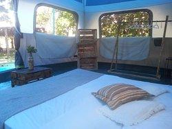Tenda Glamping  com amplo espaço interno, ventilador, ótimos colchões, roupas de cama, toalhas, mobília e varanda com rede. Super aconchegante!
