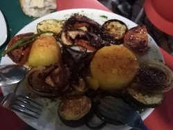 Ridícula ración de pulpo  a la parrilla. Todo patata y verduras. El pulpo ni estaba ni se le esperaba.