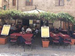 C'est un café bien situé, terrasse agréable et accueil sympathique. Ce n'est pas un restaurant gastronomique mais les plats proposés sont corrects et servis chauds et pour un prix raisonnable sur la plazza Civica