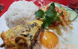 _Cơm Chả _(Cơm: Le riz_ Chả: pâté fait avec des œufs, de la viande de porc et des vermicelles hachées - assaisonnée et cuit à la vapeur. La surface du chả est doré au jaune d'œuf.)