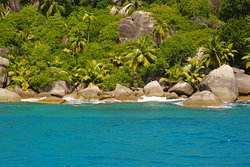 Fantastic waters for snorkeling in Felicité Island