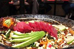 """🐟🥑AVO-TATAR🥑🐟 Wer von Euch mag rohen Fisch? Schreibt """"Ich"""". in die Kommentare.⤵️ Bei Sushi und Nem findet Ihr nur das beste Fisch von hoher Qualität vor! Tunfisch besitzt einen hohen Omega 3-Fettsäuren Anteil und wirkt sich sehr positiv auf die Gesundheit, sowie der Sehkraft aus. Kombiniert mit gesunder Avocado, welche gesunde ebenfalls gesunde Fette liefert wird Eure Mahlzeit zu einer nahrhaften Geschmacksexplosion! Kostet es aus!"""