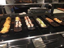 建議可買餐卷方式價格更實惠,而且是餐廳服務生提供的資訊,覺得非常貼心。自助餐的菜色有多樣選擇,中西式、日式壽司、海鮮類,甜點、冰品,飲料。尤其客服務及其對待都非常友善,家庭聚餐或公司聚餐都覺得非常適合。