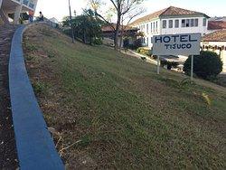 O hotel está construído no alto