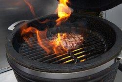 Horno Kamado para nuestras carnes y burgers a la brasa