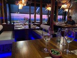 Sfeervol tafelen en de zon in zee zien ondergaan