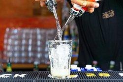Save water drink cocktails. Wir machen euch auch gerne Drinks, die aussehen wie Wasser