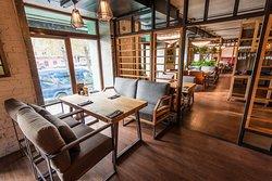 Основное пространство ресторана с мягкими стульями и удобными диванами