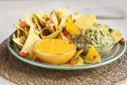 Nachos con queso y guacamole