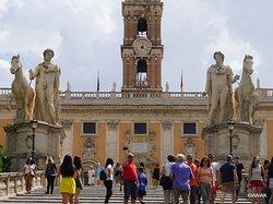 コルドナータ・カピトリーナ Cordonata Capitolina(馬で登れる階段/坂道) ~ カストールとポリュデウケースの双子の像~ カンピドーリョ広場 Campidoglio ~ セナトリオ宮 Palazzo Senatorio(奥)