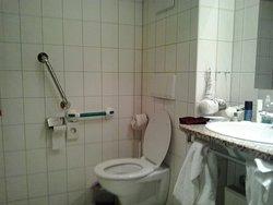badkamer met eigen meegebrachte steun  want er zijn in  tegenstelling van boekingsite geen beugels verder bij het toilet
