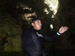 Moises dans le Cenote Aktunchen en pleine explication en français