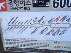 ホテルの通り向かいにベイトン・ソウル・ホテルがありますが、そこの前に仁川空港リムジンバス停があります。リムジンバスが目の前に止まるという事です。始発は04:30で、これに乗れば仁川発7:10発のフライトには間に合うと思います。