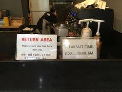 朝食の時間が8:00からのなので、ちょっと遅めです。9:45には料理は片付けられてしまうので注意してください。