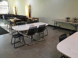 ロビー兼朝食会場です。正確にはロビーは奥の黒いソファで、テーブルエリアは「Cafe Glory」です。