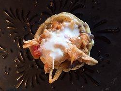 Entrada, restaurante, ensalada tierra, sopa de fideo seco, sopecito de tinga de pollo, guacamole con bichos, bollitos de mole y de requesón