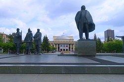 Riesige Statuen am Leninplatz