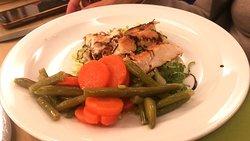 Tagliata di polla alla piastra con carote e fagiolini lessi