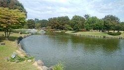 敷地内には大きな池や噴水もあります