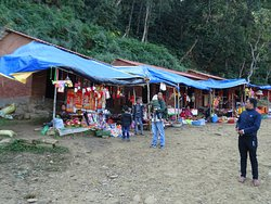Makeshift stalls selling trinkets , etc .