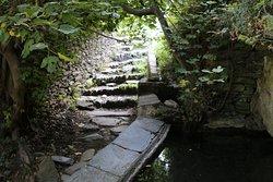 Je ne pense pas que l'eau soit miraculeuse car ce sanctuaire est vraiment mal signalé dans le village
