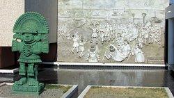En el frente destaca la imponente figura de Naylamp, fundador de la dinastía de Reyes lambayecanos llegando del mar para fundar una dinastía.
