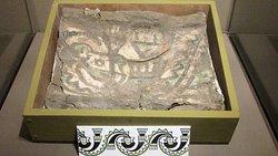 Tela pintada con detalle de olas antropomórficas un símbolo de la cultura lambayecana y que cubría el fardo funerario de la gobernanta de Chornancap