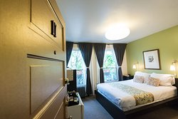 Panaromic view room. Located between Portland, Vancouver, and Camas.