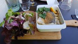 Merlu de l'île d'Yeu en cassolette avec pommes de terre de Noirmoutier & salade du pêcheur algue