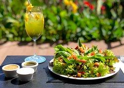 Salada Nordestina com Camarões, queijo coalho, feijão branco e verduras da Horta do Vale! Acompanha molhos de Pesto, Iogurte e Mel & Mostarda
