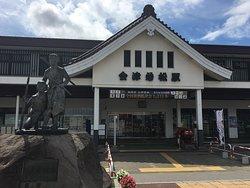 会津若松駅と白虎隊士の像