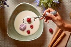 Sopa de chocolate blanco con helado de yogur y frambuesas